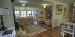 River-Oaks-diningrm-library-lounge-1170x578