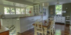 River-Oaks-diningroom-kitchen-1170x578