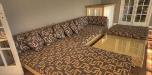 River-Oaks-front-veranda-couch-1170x578
