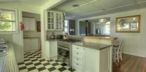 River-Oaks-kitchen-diningroom-pantry-1170x578